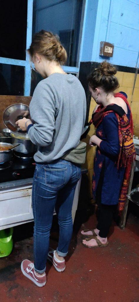 Lydia und Theresa am Pfannkuchen braten